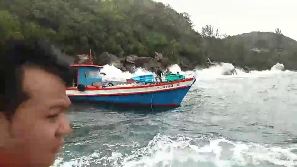 Cargo boat from Phuket hits rocks off Koh Phi Phi | The Thaiger