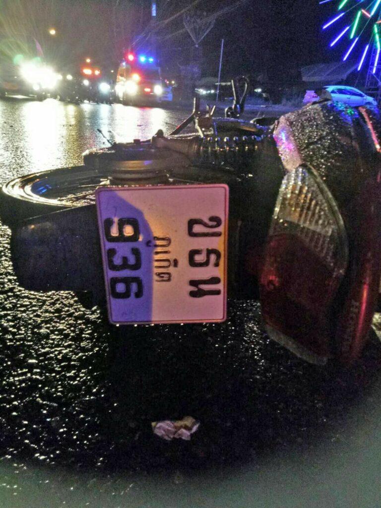หนุ่มขับกระบะตัดหน้ารถจักรยานยนต์ชนอย่างรุนแรง ส่งผลให้คนขับเสียชีวิตคาที่ | News by The Thaiger