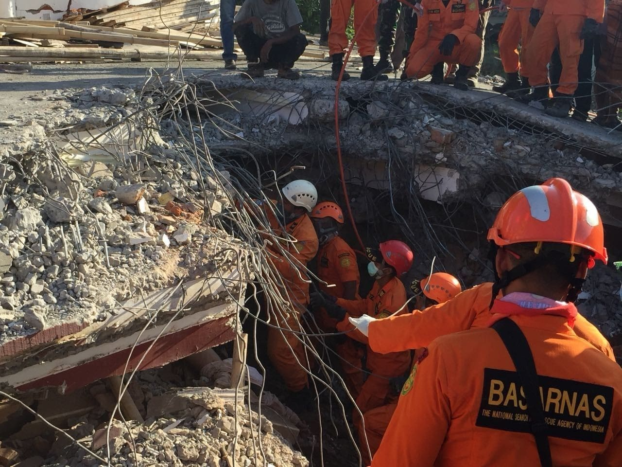 Rescuers try to free people trapped in collapsed mosque – Lombok | The Thaiger