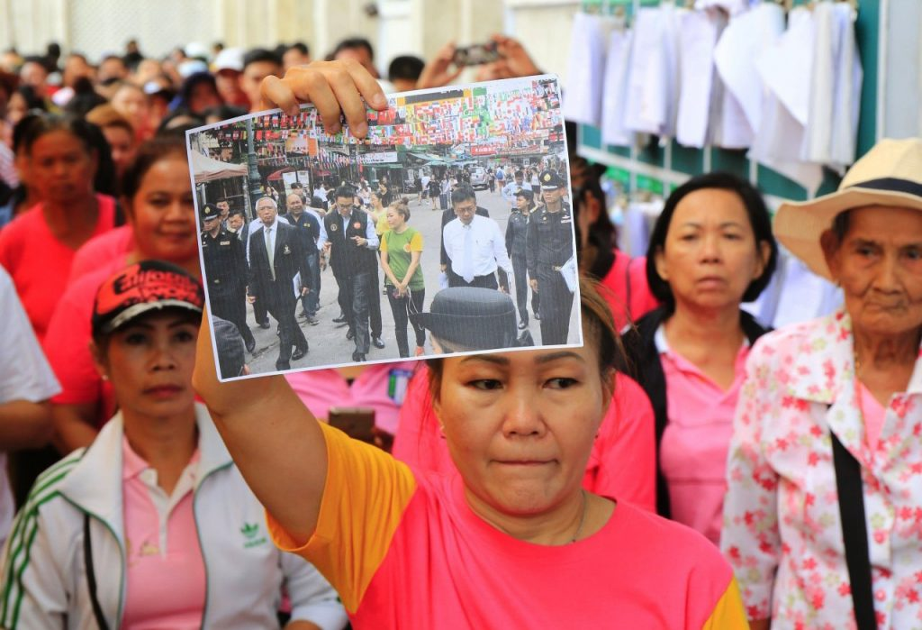 Khao San Road vendors openly defy the new pavement ban   News by Thaiger