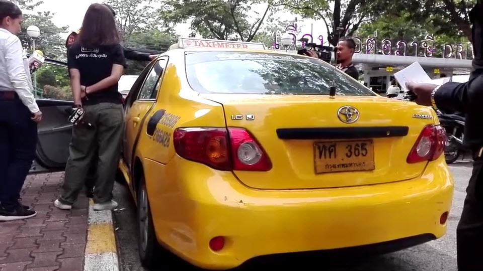 BKK Taxi driver fined 2,000 baht for watching porn whilst driving | The Thaiger