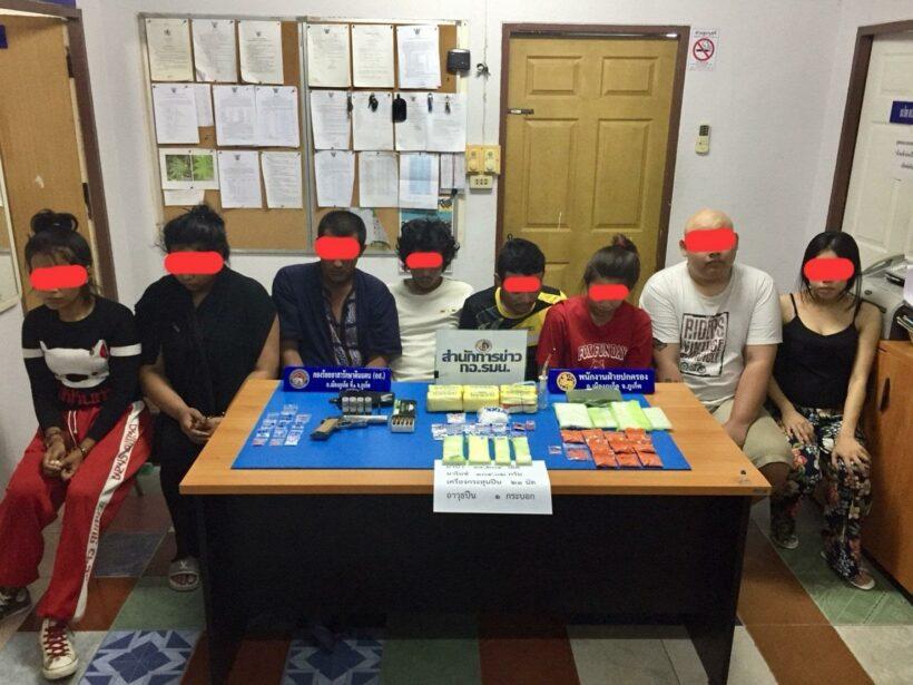 จับผู้ต้องหา 8 คน ยาบ้า 14,204 เม็ด ยาไอซ์ น้ำหนัก 104.กรัม เป็น นักศึกษามหาลัยชื่อดัง | The Thaiger