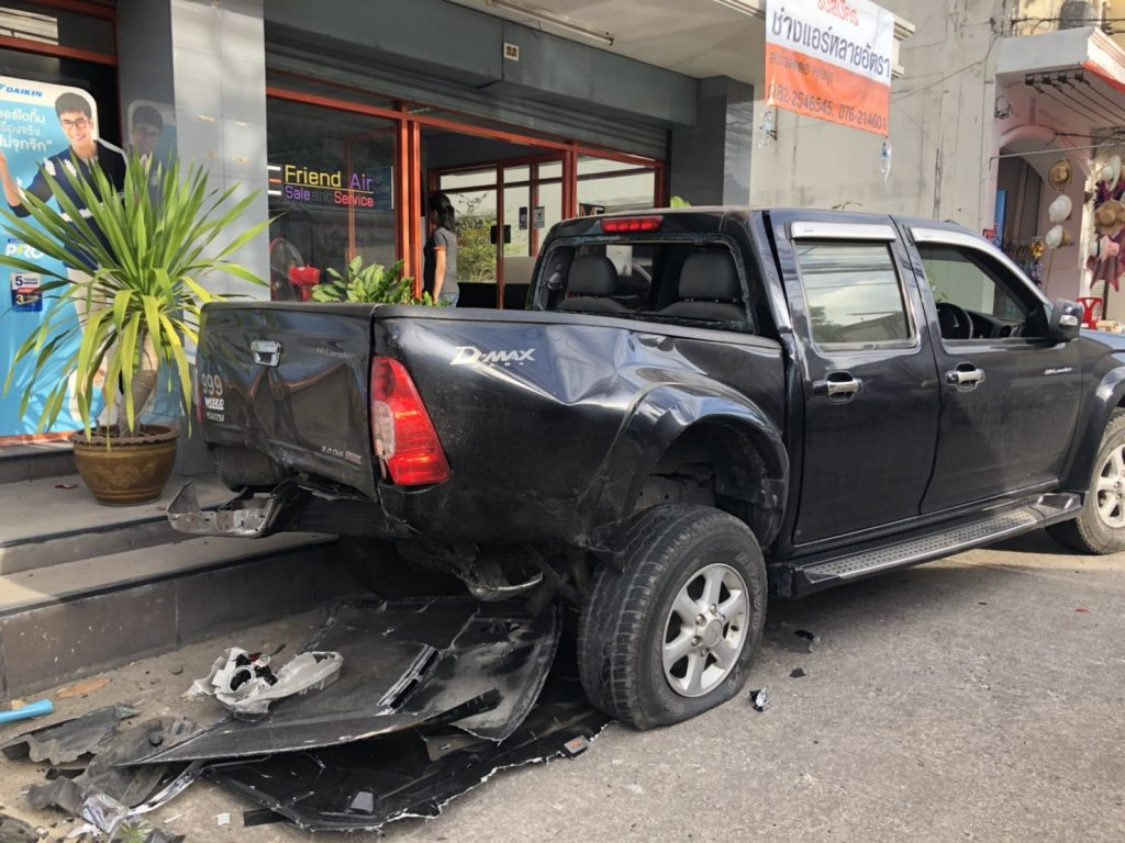 VIDEO: Four escape serious injury in dramatic Phuket three vehicle collision | News by Thaiger
