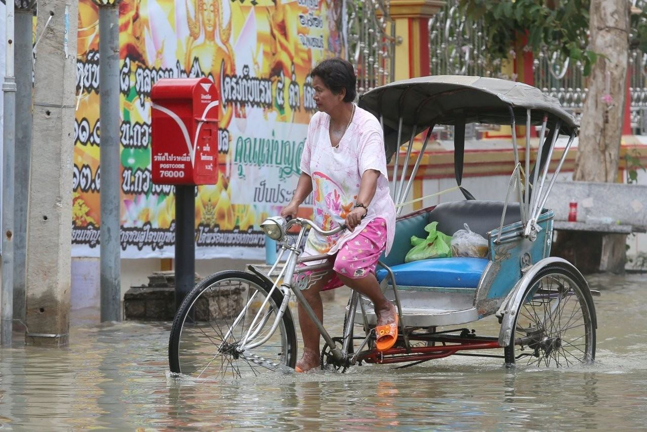 His Majesty asks government to step up flood relief | The Thaiger