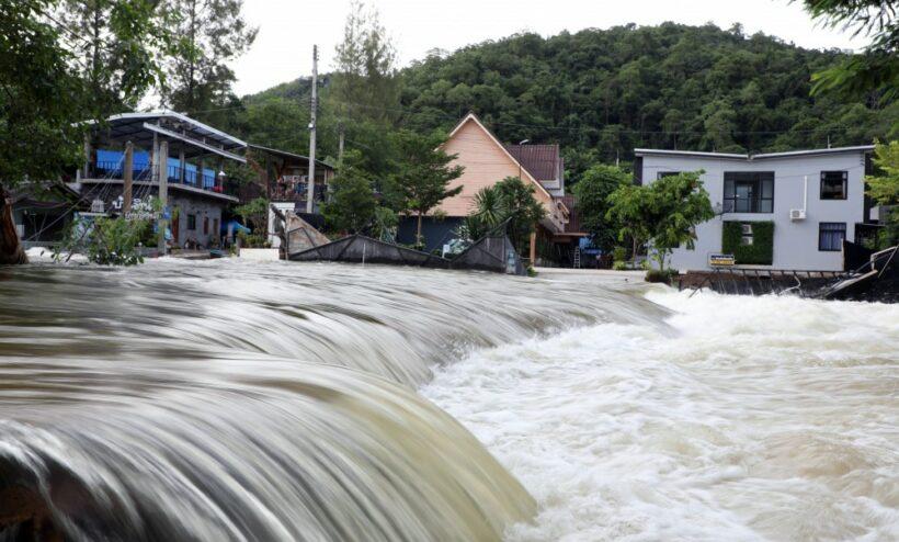 Update: Phetchaburi dam overflows reach town | News by The Thaiger