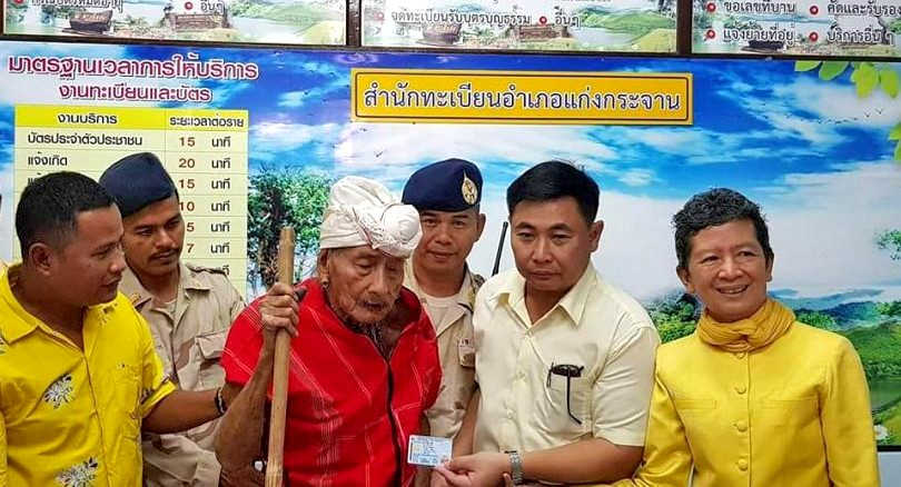 Karen spiritual leader Ko-ee gets Thai ID card. Only had to wait 107 years. | News by The Thaiger