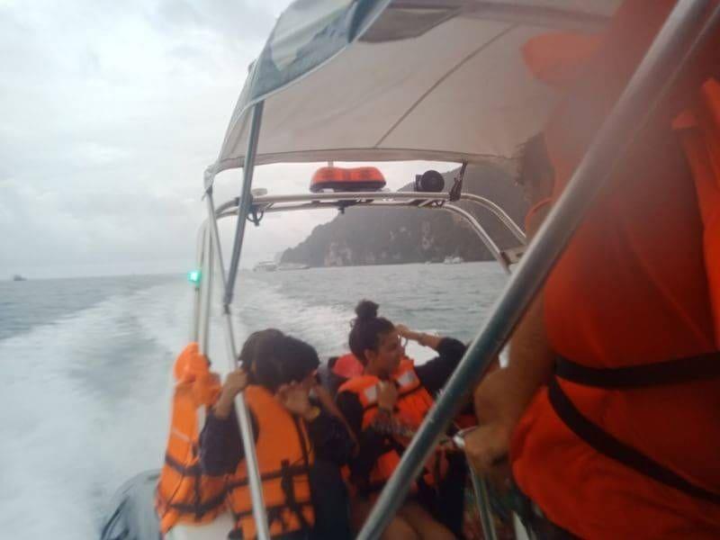 ระทึก คลื่นทะเลแรง เรือใบ นทท.เครื่องดับใกล้เกาะพีพี   The Thaiger