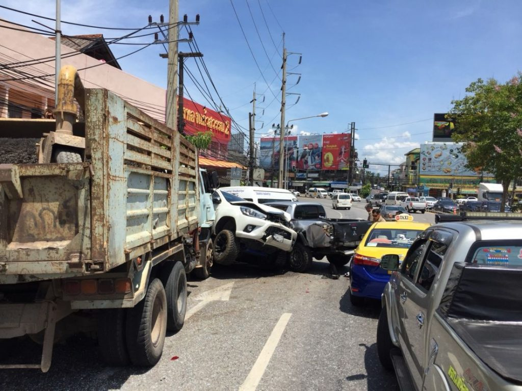 10 vehicle pile up in Krabi | News by The Thaiger