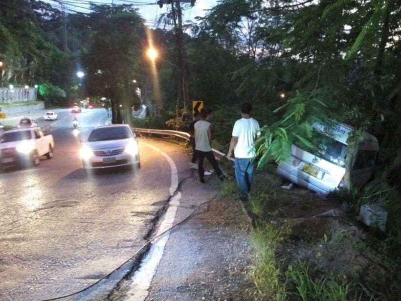 รถตู้แหกโค้งทางขึ้นเขาป่าตอง คนขับบาดเจ็บสาหัส | The Thaiger