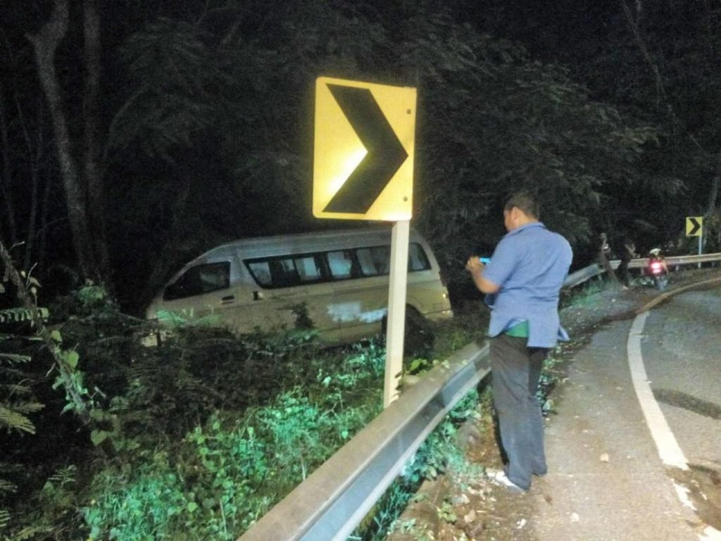 48e2c1740e ... Minivan driver seriously injured in Patong hill accident - VIDEO