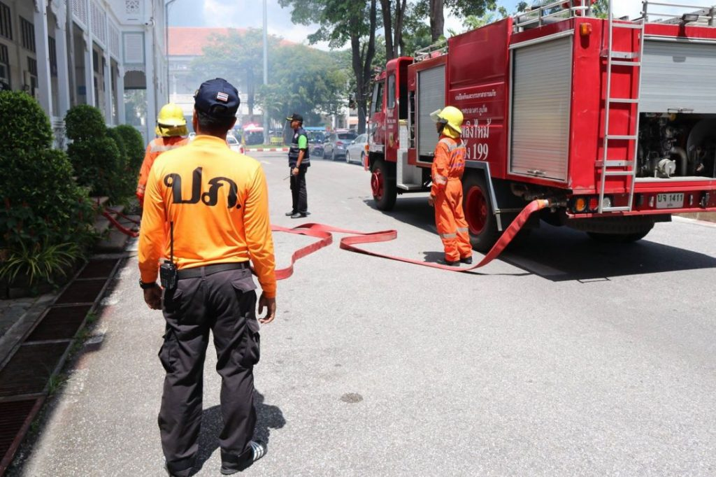 Officers and locals join in Phuket Provincial Hall fire drill | News by The Thaiger