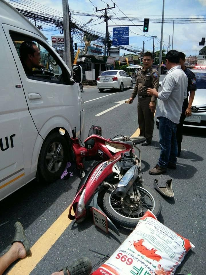 Phuket Tourist Police stop to help at a road accident | News by The Thaiger
