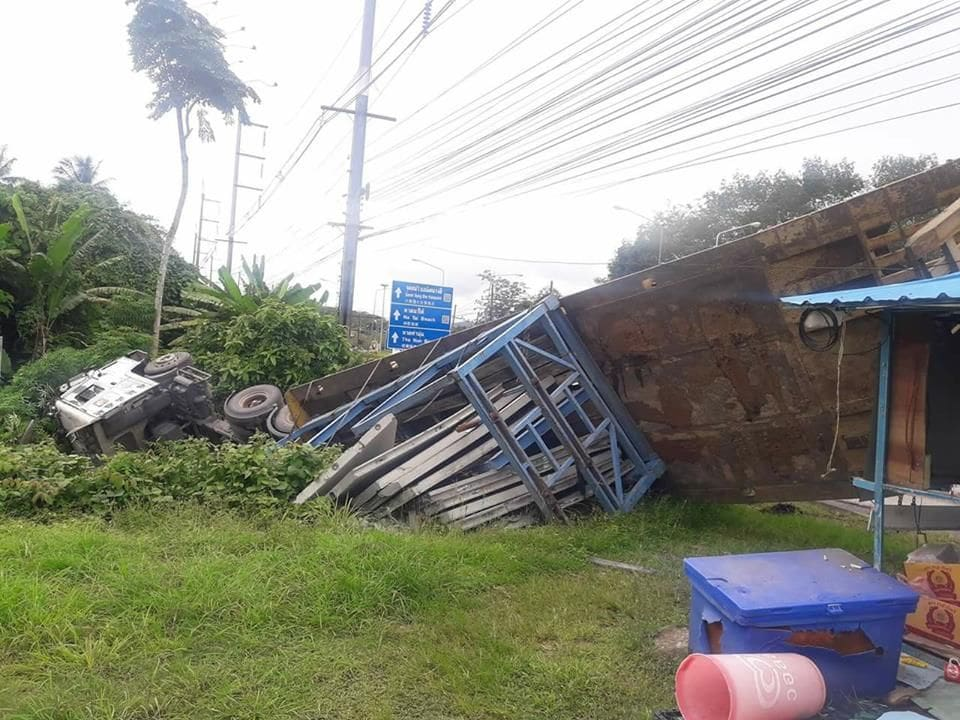 Trailer driver escapes injury in Phang Nga roll over | News by The Thaiger