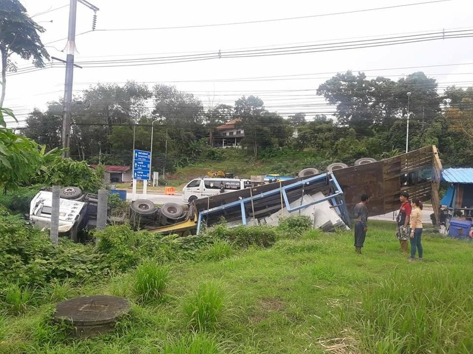 Trailer driver escapes injury in Phang Nga roll over | The Thaiger