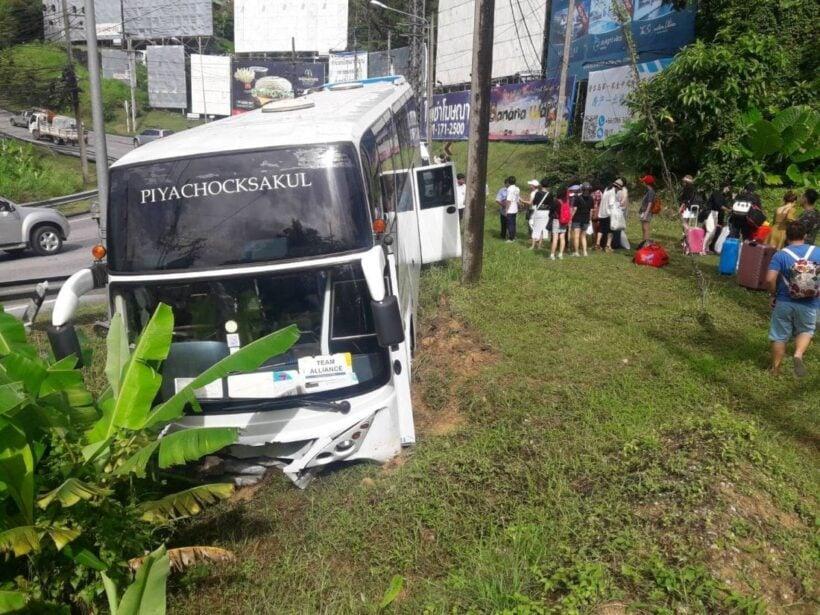 รถบัสเบรคขัดข้อง คนขับบังคับรถตกลงไหล่ทางเขาป่าตอง   The Thaiger