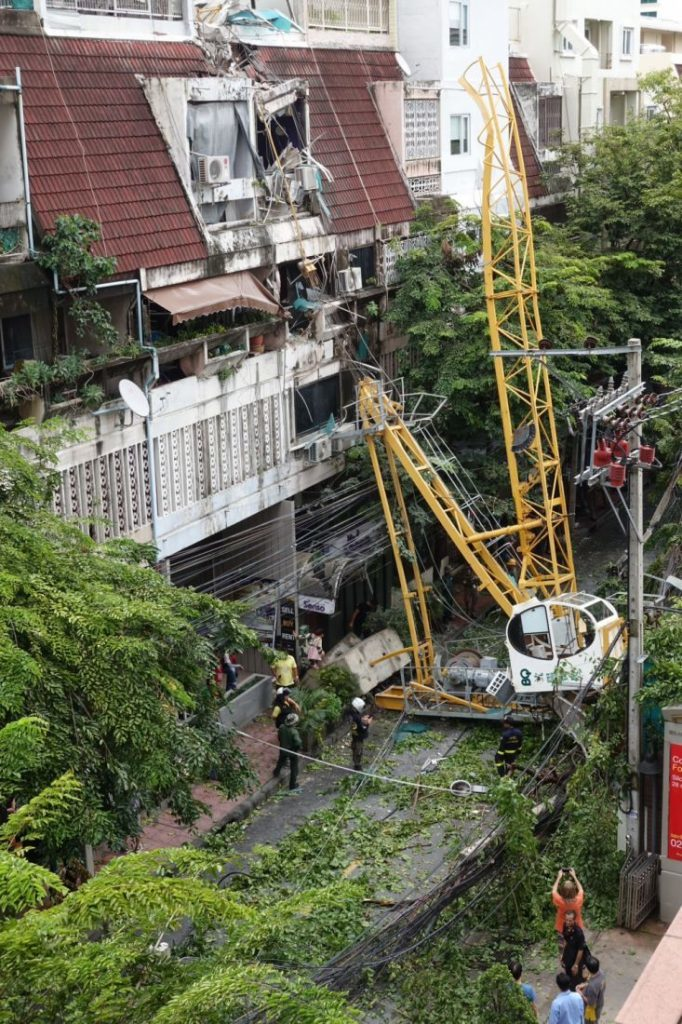 Crane topples in Bangkok soi injuring three | News by The Thaiger