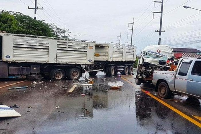 2 dead and 11 injured in Udon Thani road crash | The Thaiger