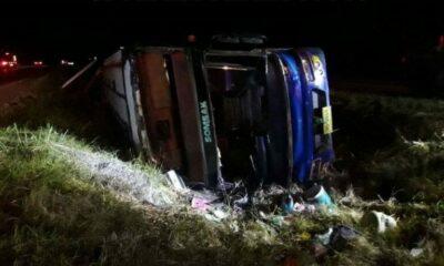 รถทัวร์คว่ำโคราช เจ็บอื้อ คาดหลับใน | The Thaiger