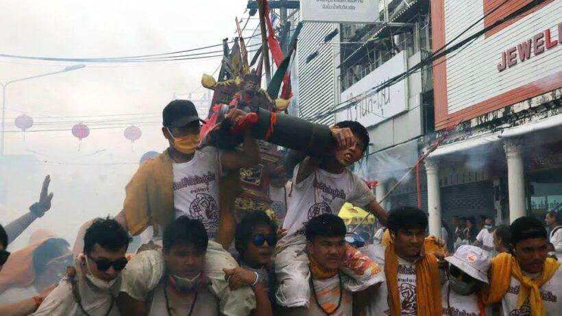 ลุยฝนแห่พระรอบเมือง ศาลเจ้ากะทู้ ต้นกำเนิดประเพณีกินเจภูเก็ต | News by The Thaiger