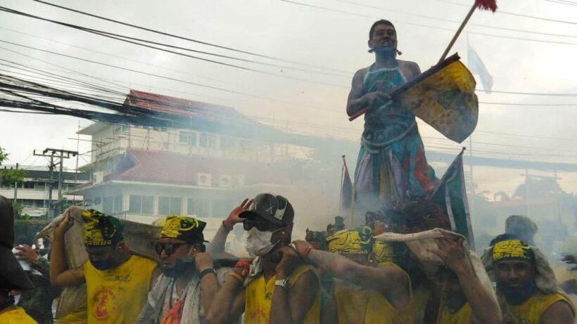ลุยฝนแห่พระรอบเมือง ศาลเจ้ากะทู้ ต้นกำเนิดประเพณีกินเจภูเก็ต | The Thaiger