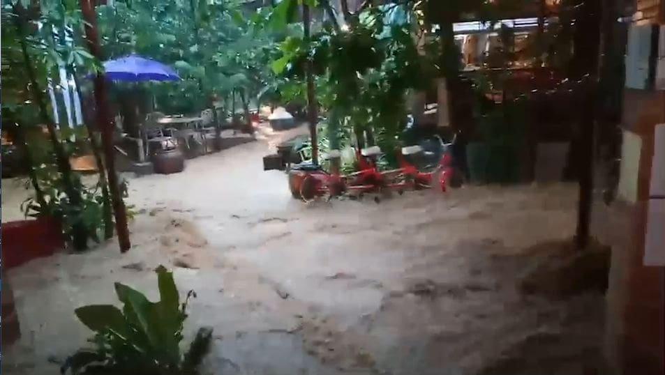 Flash floods in Krabi damages a restaurant in Ao Nang – VIDEO | The Thaiger