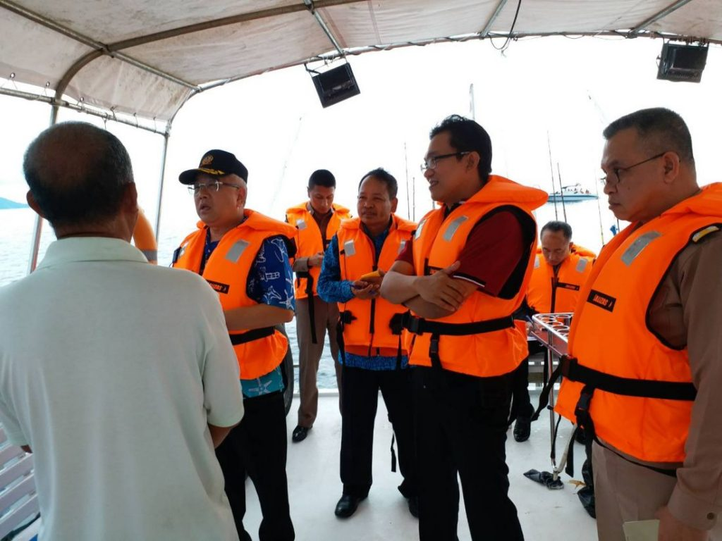 Phuket Governor inspects the Phoenix salvage site | News by The Thaiger