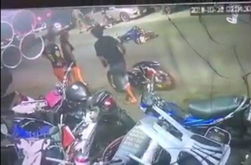 แชร์ว่อนคลิปหนุ่มล้มรถจักรยานยนต์ขณะที่ผ่านจุดตรวจของตำรวจ - คลิป | News by The Thaiger