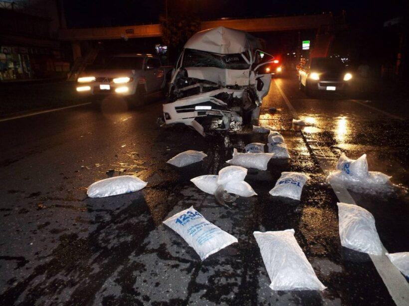 รถตู้ ชนท้ายรถบรรทุกส่งน้ำแข็ง เหตุคนขับหลับใน | The Thaiger