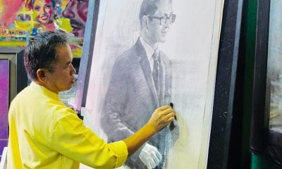 Chiang Rai's Suwit Jaipom unveils charcoal portrait of HM King Bhumibol Adulyadej | The Thaiger
