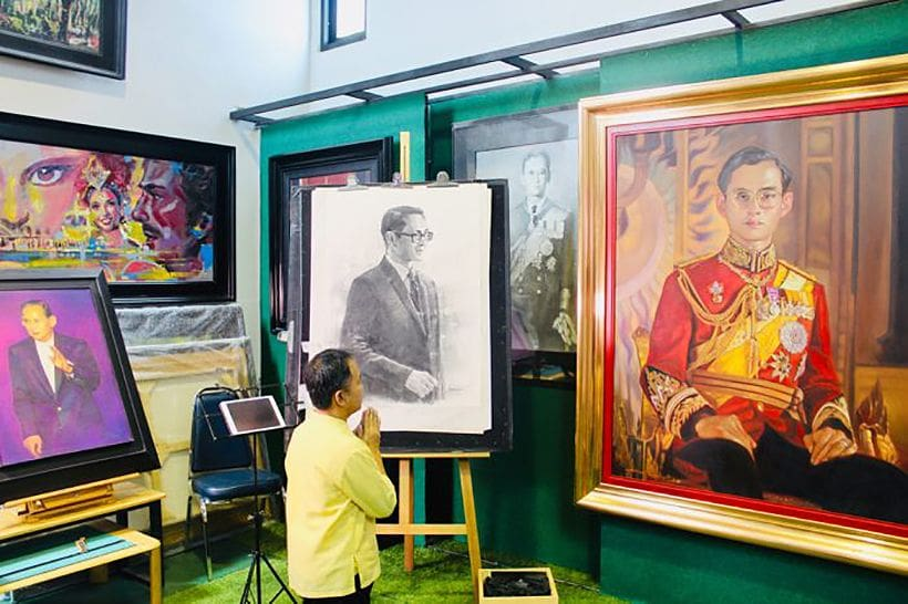 Chiang Rai's Suwit Jaipom unveils charcoal portrait of HM King Bhumibol Adulyadej | News by The Thaiger