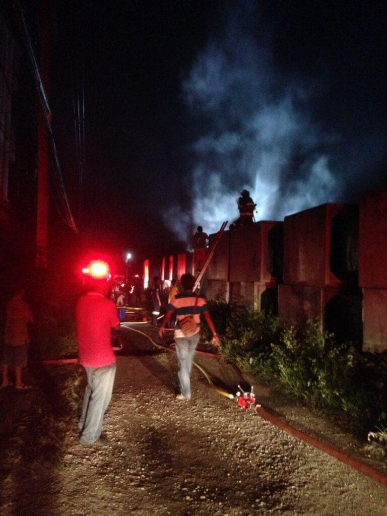 เพลิงไหม้ท่อน้ำขนาดใหญ่ 30ท่อ เสียหาย 6 ล้านบาท พื้นที่รัษฎา | News by The Thaiger