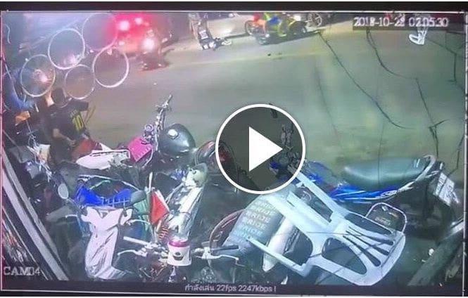 แชร์ว่อนคลิปหนุ่มล้มรถจักรยานยนต์ขณะที่ผ่านจุดตรวจของตำรวจ – คลิป | The Thaiger