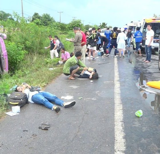 One killed and 29 injured as bus overturns in Khon Kaen | The Thaiger