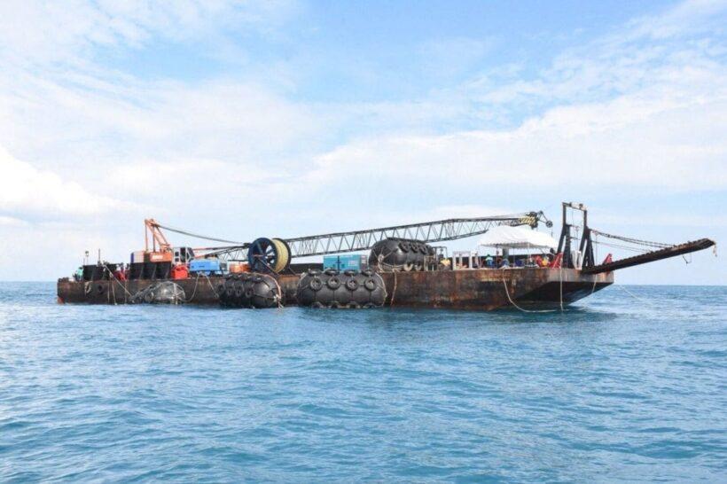 เอกชนรายใหม่ลงปฏิบัติการกู้เรือฟินิกซ์แล้ว ใช้เครนพันตันยกพ้นน้ำ | The Thaiger