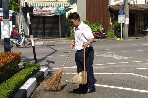 Phuket teenager helps mother clean up roads before school | News by The Thaiger