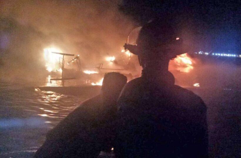 เพลิงไหม้เรือยอชท์หรูหน้าหาดป่าตองเสียหายทั้งลำ เจ้าของเรือหนีออกมาได้ทัน | The Thaiger