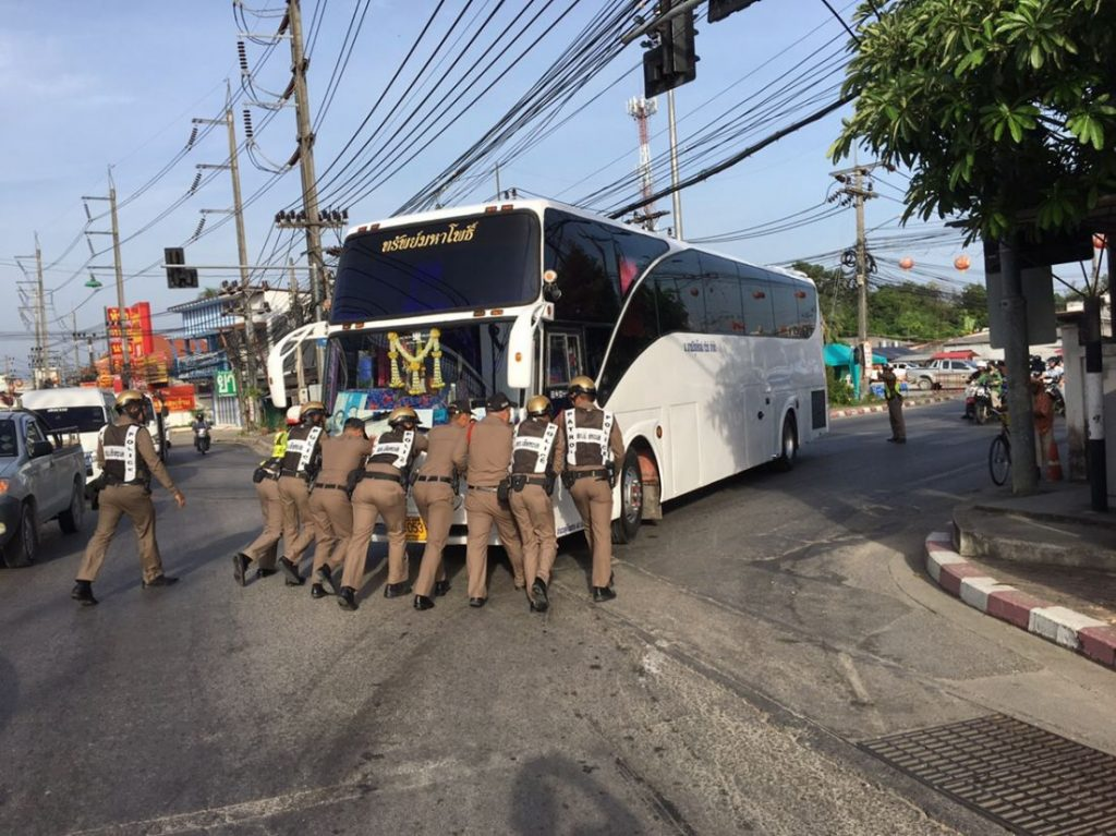 Phuket Police push a broken down bus out of peak hour traffic   News by Thaiger