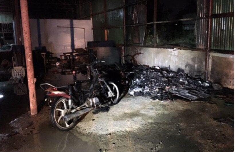 หนุ่มใหญ่เมาสุราจุดไฟเผาเศษกระดาษก่อนลุกลามรถจักรยานยนต์ | News by The Thaiger