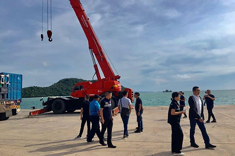 เรือเครนจากสิงคโปร์ถึงจุดเรือฟินิกซ์จมแล้ววันนี้ | The Thaiger
