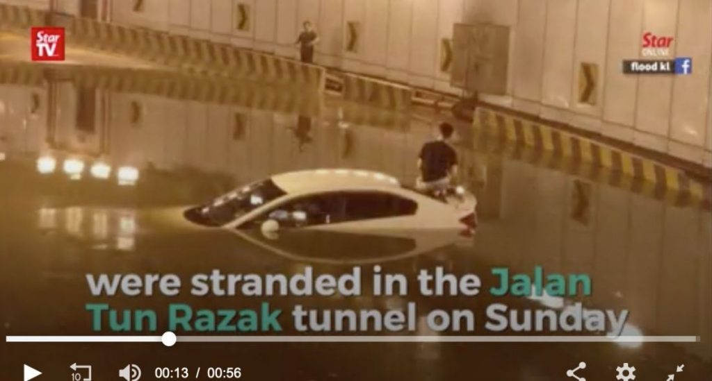 KL driver gets an unexpected car wash in flooding tunnel | News by The Thaiger