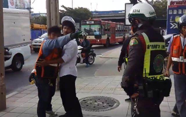 ฝากขังวินหัวร้อน ทะเลาะเทศกิจ-ชักมีดขู่ หลังถูกจับขี่รถบนทางเท้า | News by The Thaiger