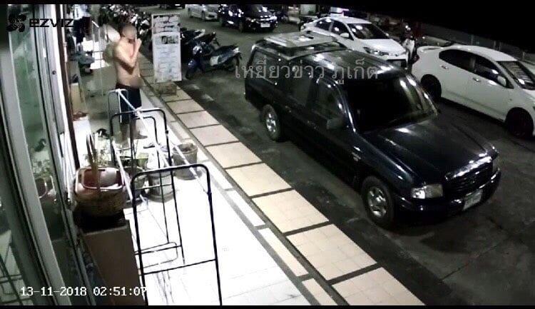 แชร์ว่อน ชายยืนช่วยตัวเองอยู่หน้าห้องพักที่คอนโดแห่งหนึ่งกลางเมืองภูเก็ต | The Thaiger