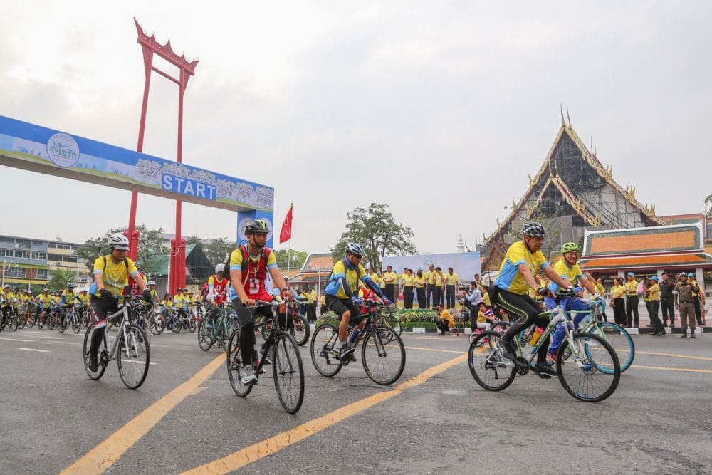 King leads the way in 'Bike for Love and Warmth' - PHOTOS | News by The Thaiger