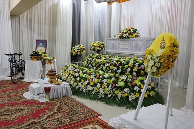 HM King provides funerals for two Un Ai Rak cyclists | News by Thaiger