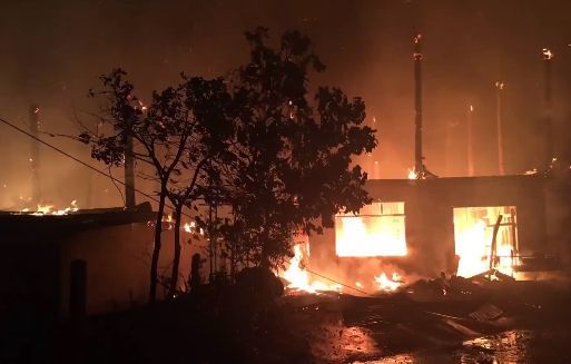 เพลิงผลาญวอด 5 หลัง ครอบครัวกำลังดูทีวี หนีตายรอดหวุดหวิด | News by The Thaiger
