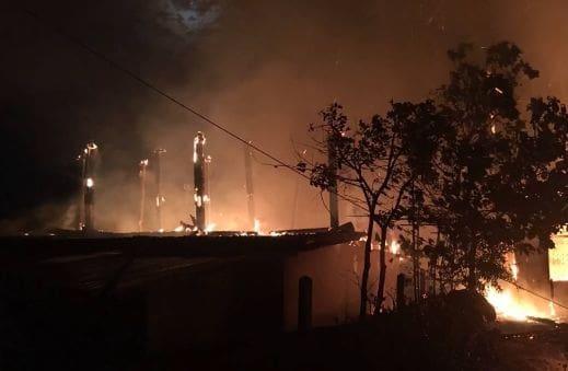 เพลิงผลาญวอด 5 หลัง ครอบครัวกำลังดูทีวี หนีตายรอดหวุดหวิด | The Thaiger