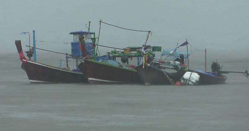 สังเวยศพแรก! พายุปาบึก คลื่นสูงซัดเรือประมงล่ม ดับ 1 หาย 1 | News by The Thaiger
