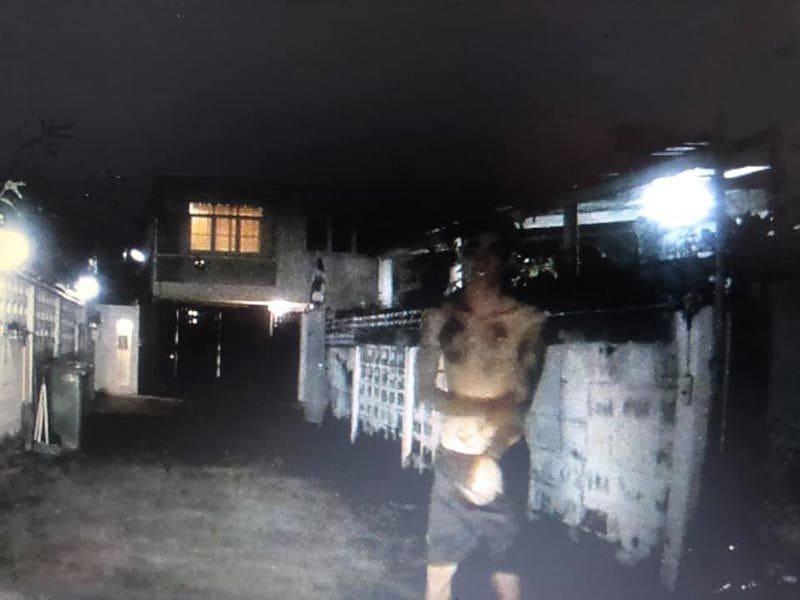 เตือนภัย! สาวกลับบ้านในซอยมืด เจอไอ้หื่นถอดกางเกงโชว์ - กระชากจะเปิดประตูรถ | News by The Thaiger