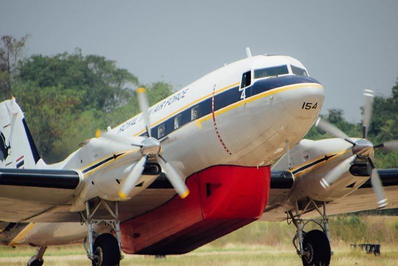 กองทัพอากาศ สั่งบิน BT-67 โปรยละอองน้ำเขตดอนเมือง-จตุจักร แก้วิกฤตฝุ่น PM 2.5 | The Thaiger