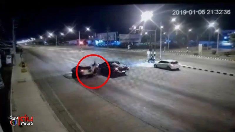คลิปนาทีเฉียดตาย สาวหล่อซิ่งมอไซค์อัดท้ายเก๋งจอดติดไฟแดง ร่างกระเด็นไกล 5 เมตร | News by The Thaiger